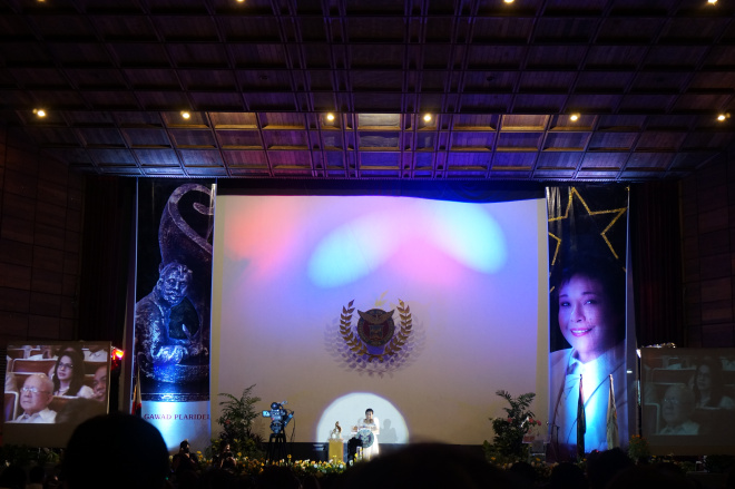 Ms. Nora Aunor giving her speech and lecture in the UP Gawad Plaridel 2014.